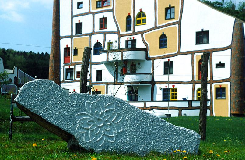 Bad Blumau:Rogner-Bad Blumau; Haupthaus mit Stein am Geomantischen Pfad.