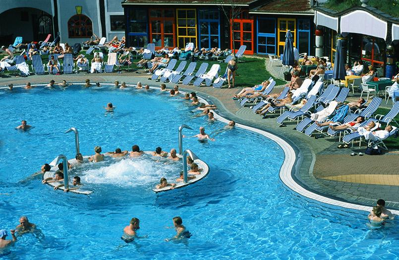 Bad Blumau: Rogner-Bad Blumau; Blick auf die Thermenanlage vom Hotel aus.