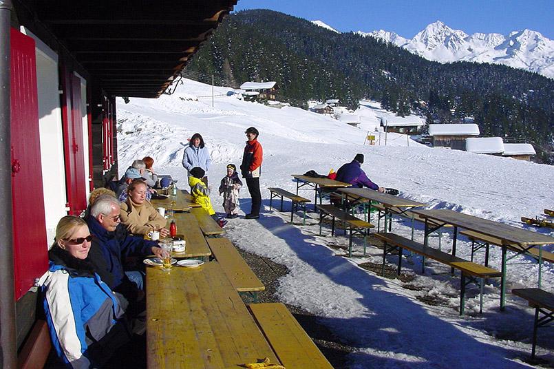 Silbertal: Gehört zum Winterwandern am Kristberg - die H¸ttenpause, hierauf der Sonnenterrasse des Panoramagasthofs Kristberg.