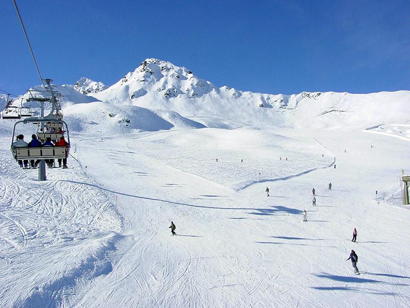 Skigebiet Schafberg: links Vierersessel Gargellen-Köpfe, daneben gleichnamige blaue Piste.