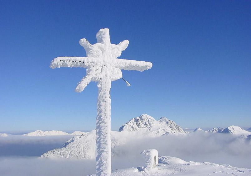 Nassfeld: Gipfelkreuz auf der Madritsche, im Hintergrund Gartnerkofel.