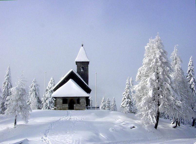 assfeld: Die Kapelle zur Erinnerung der Gefallenen der beiden Weltkriege, in der Skiarena Nassfeld direkt an der österreichisch-italienischen Grenze erbaut.