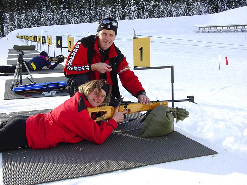 """Obertilliach: """"Biathlon-Schnuppern für Gäste"""". Josef Obererlacher (40) zeigt Gast Ingrid Scholz (37) aus Penzberg die Technik des Liegend-Schießens."""