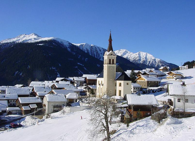 Obertilliach: Blick auf den Ortskern mit Pfarrkirche vom Goizentipp-Sessellift.