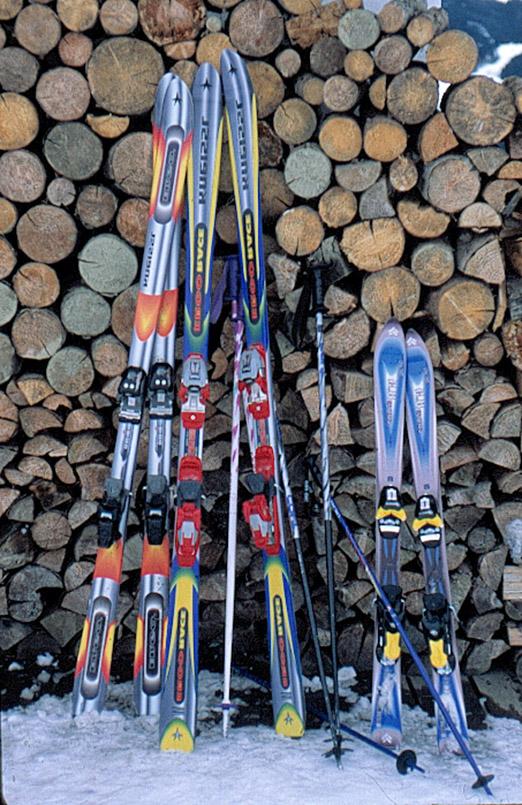 Going: Stilleben im Schnee - Ski und Holzscheite.