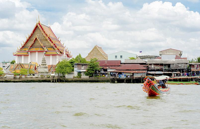 Bangkok: Wat Arun vom Chao Praya aus