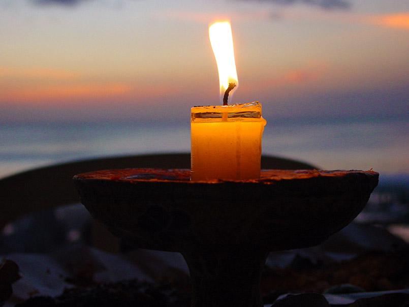 Strandromantik: Kerze am Jimbaran Beach von Bali