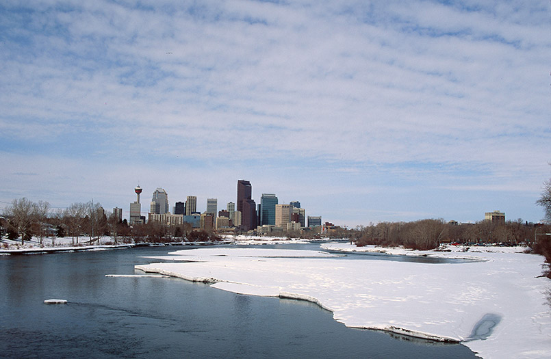 Blick auf Downtown Calgary vom Bow River bei Inglewood