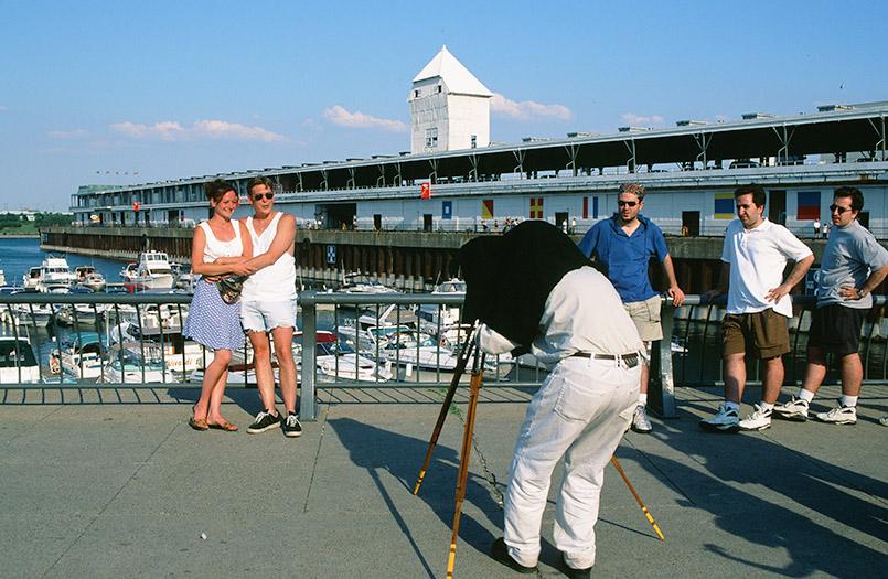 Maritimes Ausgehviertel von Montreal: An der Promenade du Vieux-Port lässt sich ein Paar wie einst fotografieren.