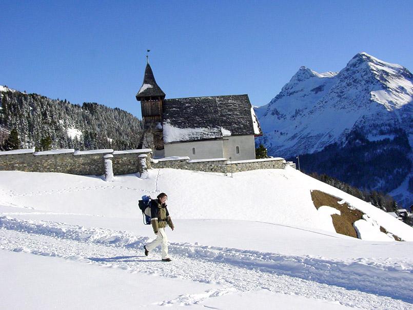 Arosa: Das Bergkirchlein liegt direkt an einem Winterwanderweg nach Innerarosa.