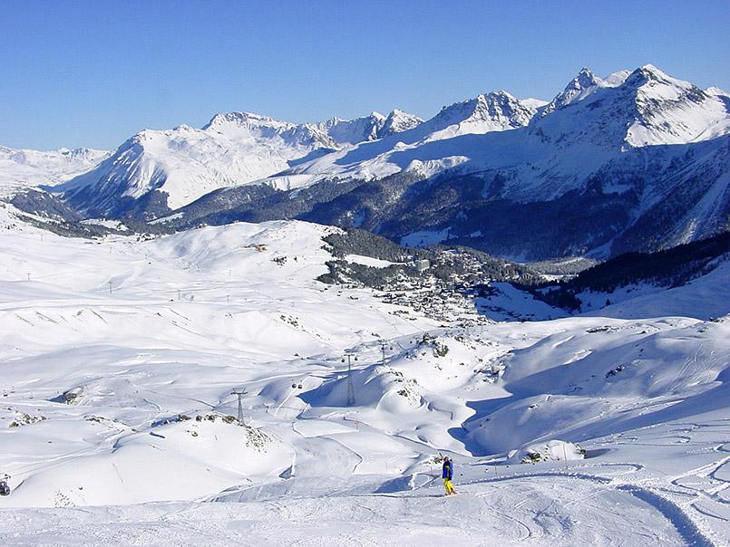 Arosa/Skigebiet: Blick von der Hörnli-Abfahrt auf den Ort Arosa.