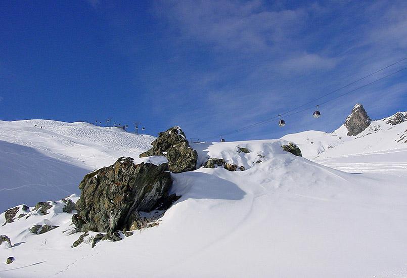 Arosa: Hörnli-Stein mit Gondel zum Hörnli.