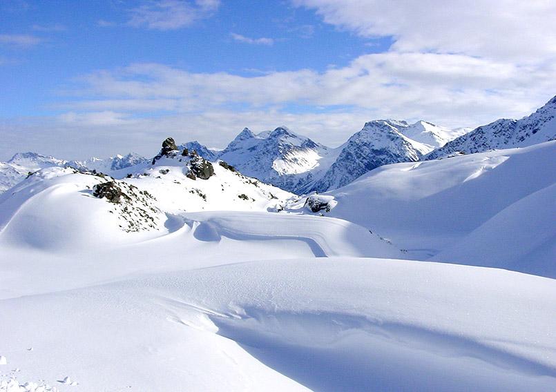 Arosa/Skigebiet: Schneeverwerfungen an der roten Piste unterhalb des Hörnli.