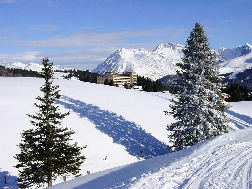 rosa/Skigebiet: Blick von einer Piste an der Weißhorn-Mittelstation auf das Hotel Prätschli.