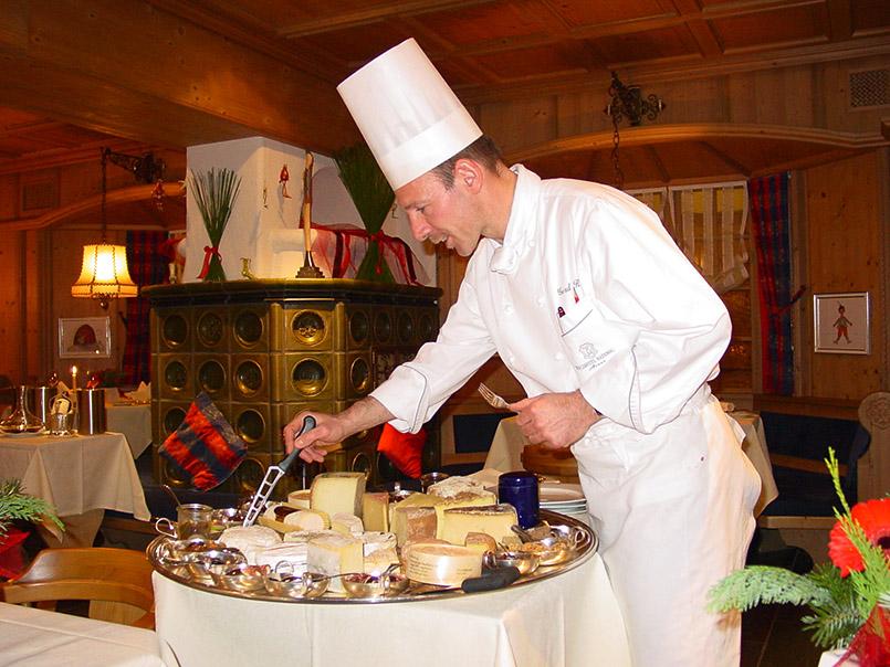 rosa/Waldhotel National/Kachelofastübli: Chef de Cuisine Gerd Reber (42) erläutert die Käseplatte.