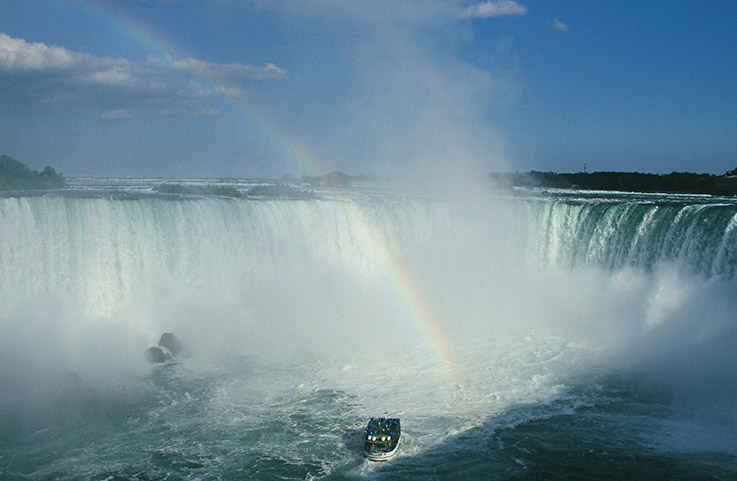 "Ein ""Maid of the Mist""-Boot wagt sich nah an die Horsehoe Falls"