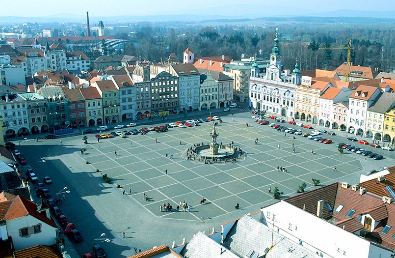 České Budějovice (Budweis): Hauptplatz mit Samsonbrunnen und Rathaus