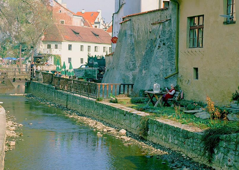 eský Krumlov (Krumau): Ruhepause an der Krumau abseits des touristischen Trubels.