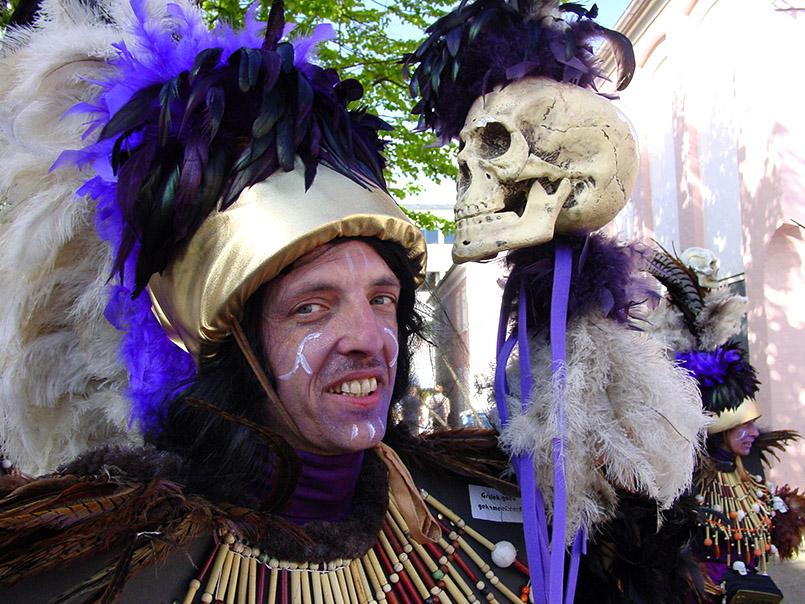 Die belgische Karnevalgruppe De Sjattrellen beim Karneval in Aalborg