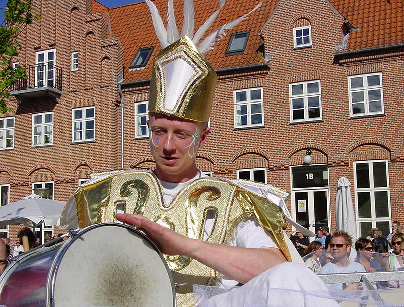 Die große Parade vom Karneval in Aalborg führt als Sternmarsch durch die Innenstadt