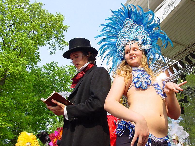 Die Battle of Carnival im Kildeparken beim Karneval von Aalborg, hier die dänische Gruppe Poco Loco mit Dichter H.C. Andersen.