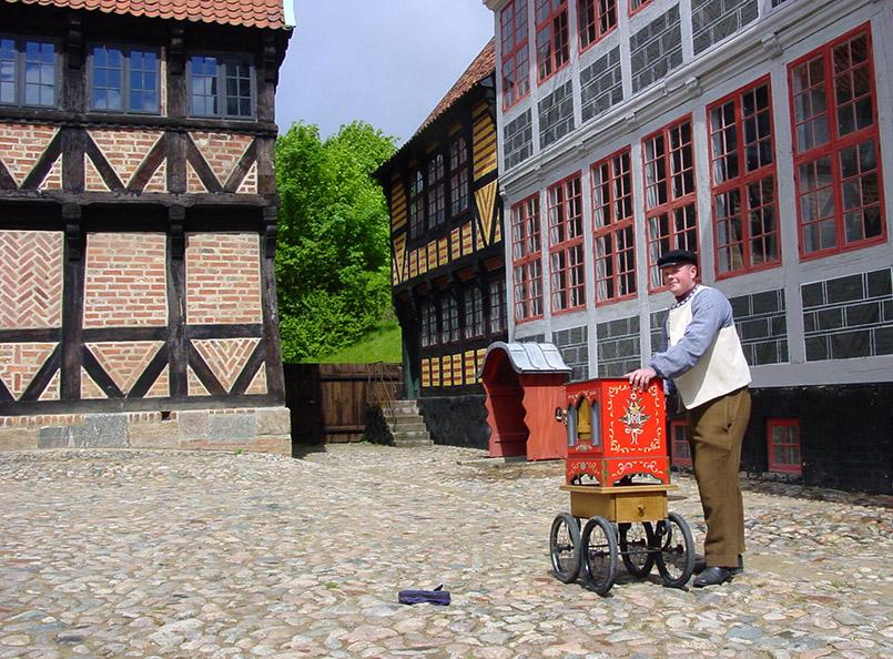 Leierkastenmann in Den Gamle By von Aarhus