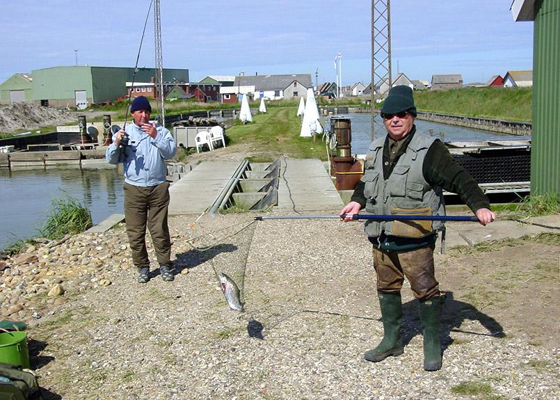 Mitten in der Stadt liegt nahe der Schleuse ein Put & Take-Angelteich. Hier: Angler mit Forelle im Netz.