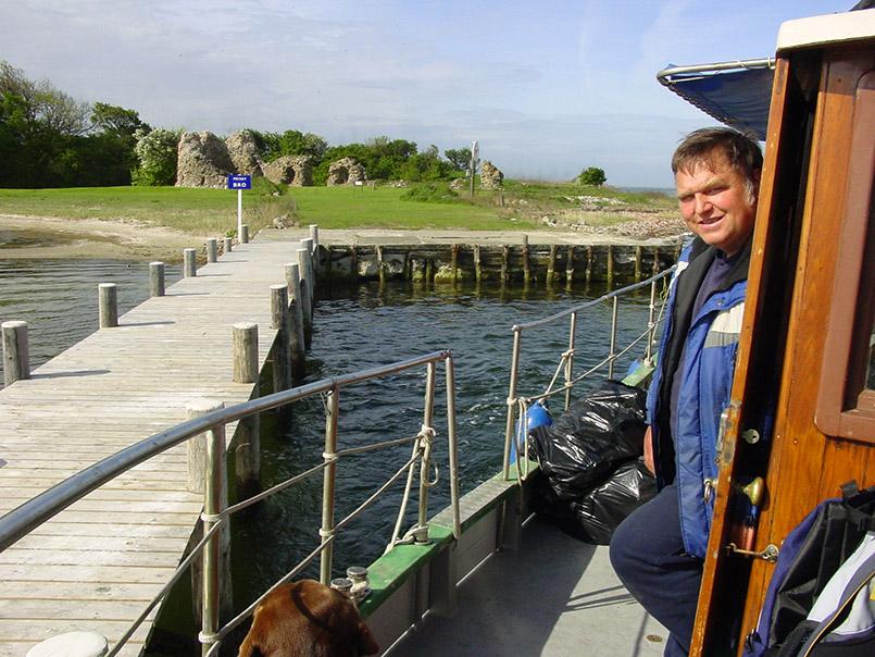 """DK/Lolland/Nakskov: Mit Kapitän Torben Rasmussen (53) auf dem Postboot """"Vesta"""" unterwegs im Nakskov Fjord. Erste Station: die Schlossinsel, einer Privatinsel."""