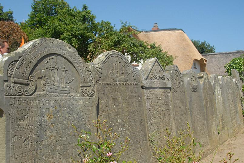 Amrum/Nebel: Kirche, Friedhof mit redenden Grabsteinen