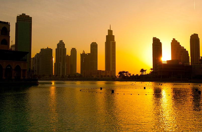 Dubaier Kontraste: traditionelle arabische Leuchte vor Hochhaus-Skyline