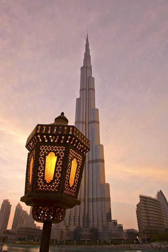 Dubaier Kontraste: traditionelle arabische Leuchte vor der Spitze des Burj Khalifa