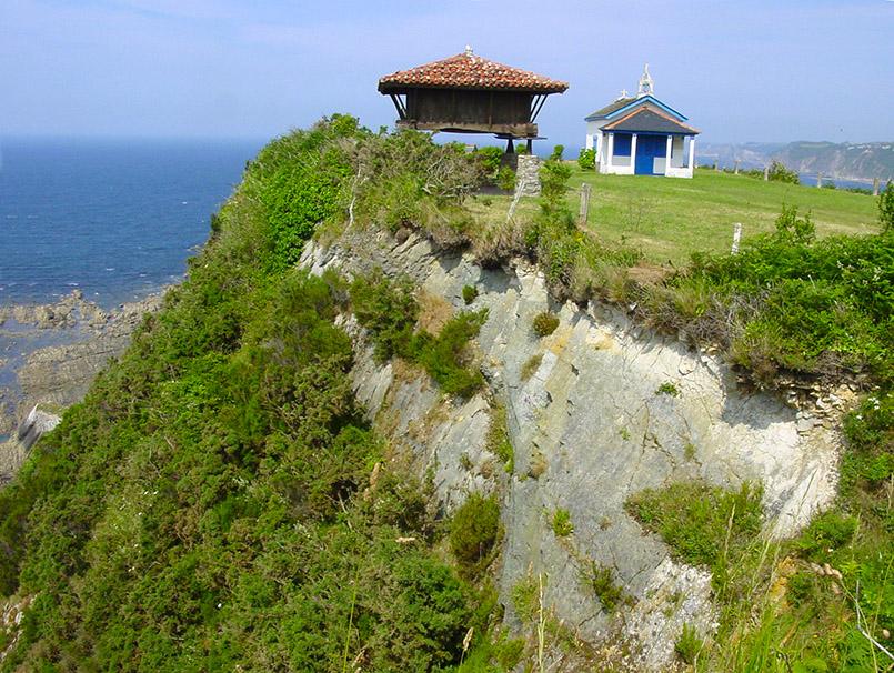 sturien/Cadavedo: trad. Horrero (Kornspeicher, l.) und kleine Kapelle.