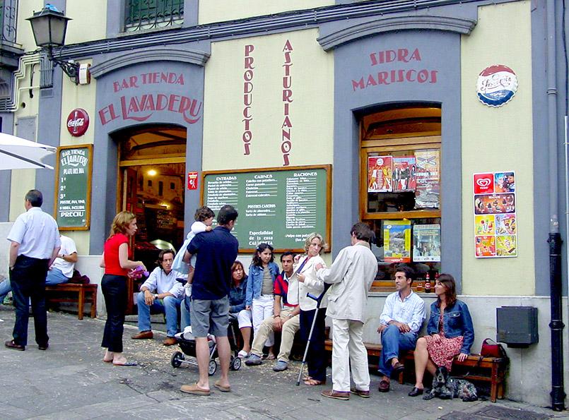 "Asturien/Gijón: im Altstadtviertel Cimadevilla, Plaza Arturo Arias; Bar ""El Lavaderu""."