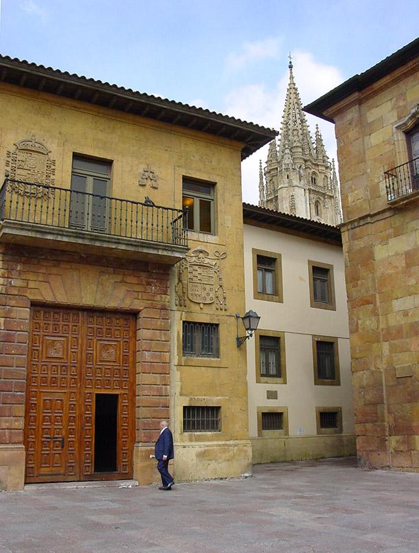 Asturien/Oviedo: Blick auf den Turm der Kathedrale.