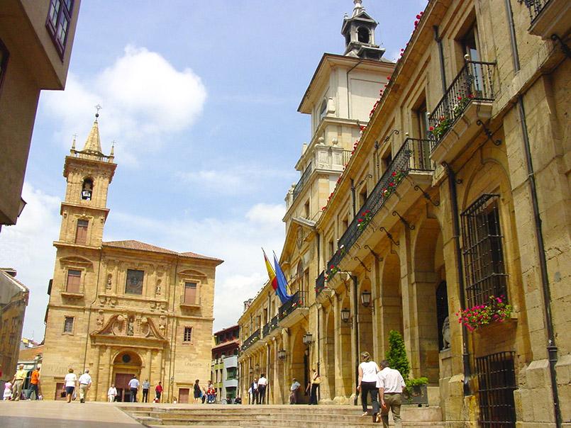 Asturien/Oviedo: Kathedrale (l.) und Rathaus (r.).