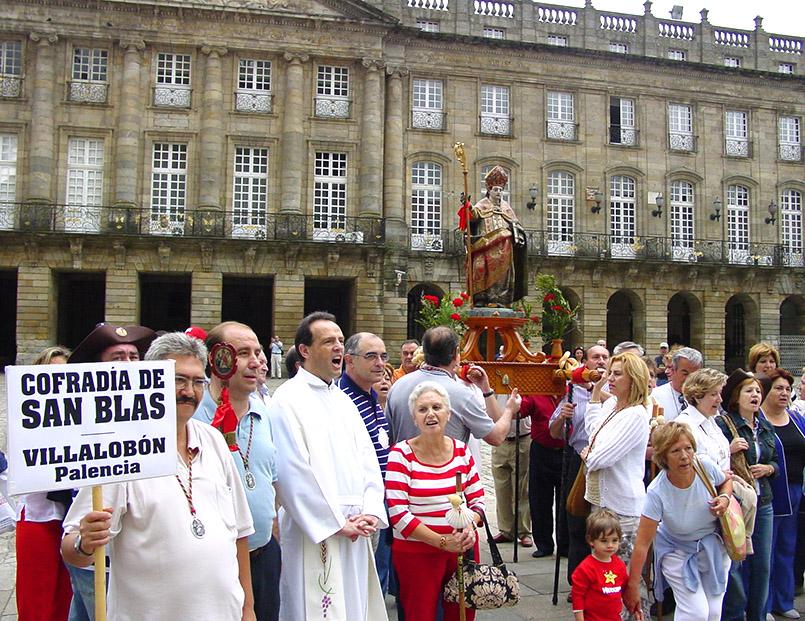 Santiago di Compostela: Pilger aus Palencia mit ihrem Ortsheiligen vor der Kathedrale.