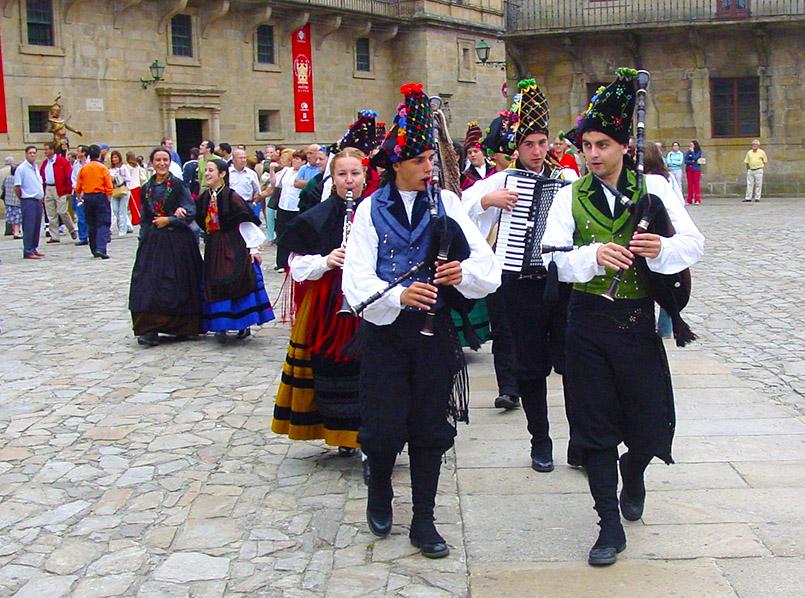 Auf dem Vorplatz der Kathedrale von Santiago de Composela spiellten Musikgruppen aus Galicien auf.