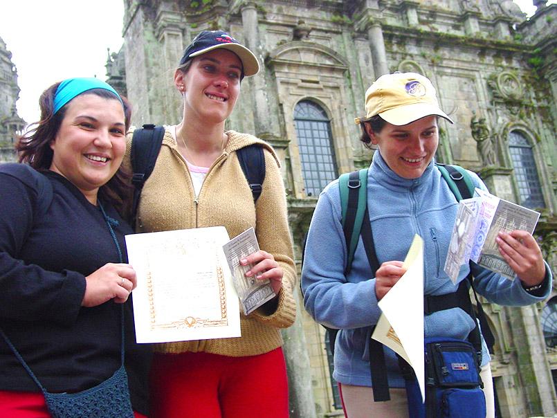 Bis nach Santiago de Compostela marschiert: die Pilgerinnen mit Pilgerbrief und Pilgerbuch: Marie (30), Beatrice (31) und Maria (29).