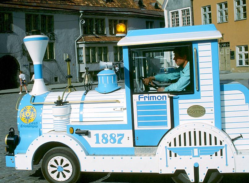 Tallinn: Touristenzug auf dem Rathausplatz