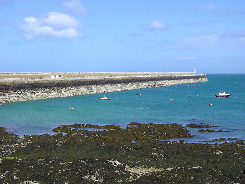 Catherine's Breakwater: Kai-/Schutzmauer, die einst die britische Flotte schützen sollte. Der zweite Arm wurde nicht mehr erbaut.