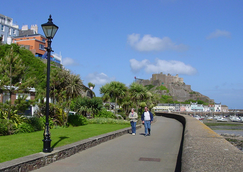Gorey: Promenade entlang der Bucht, im Hintergrund Mont Orgueil Castle.