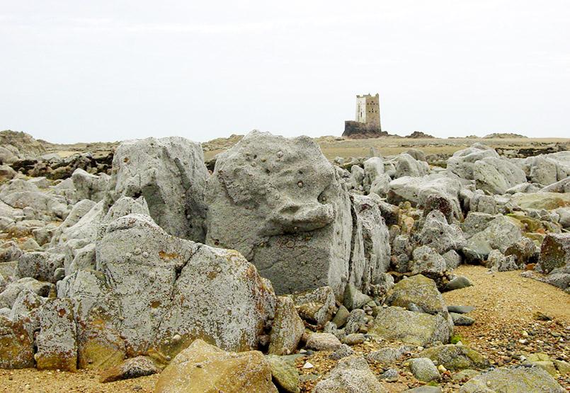 GB/Jersey/Watt-Landschaft beim Seymour Inn. Hier: Seymour Tower, ein Verteidigungsturm im Meer.