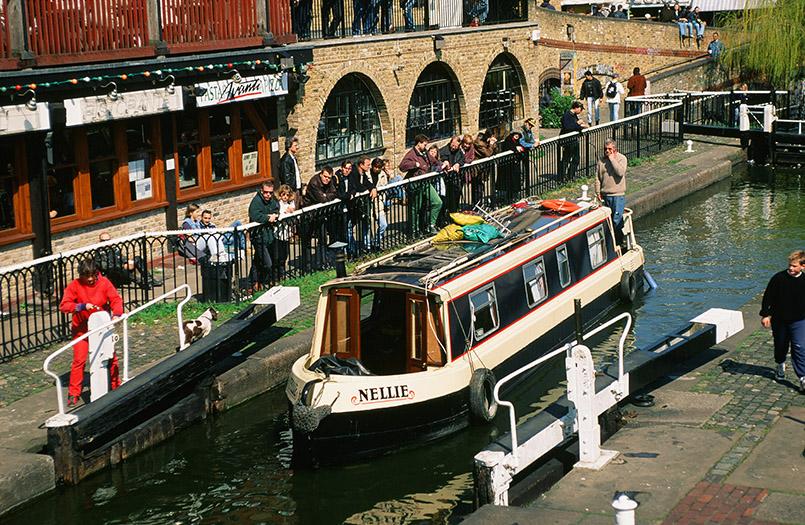 ondon: Camden Lock Market, Hausboot in der Schleuse