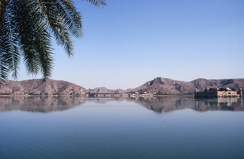 In Rajasthan: ein Tempel im See.