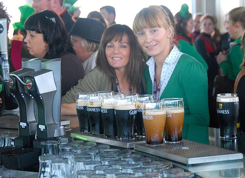 Dublin/Guinness Storehouse: Fiona Herald (l.) und eine Kollegin in der Gravity Bar im siebten Stock