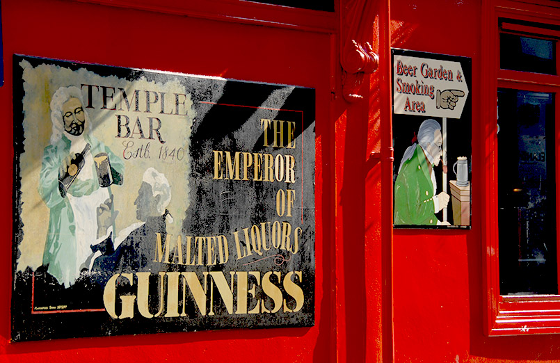 "Dublin: Temple Bar district; ""Temple Bar"", Guinness-Werbung an der Fassade"