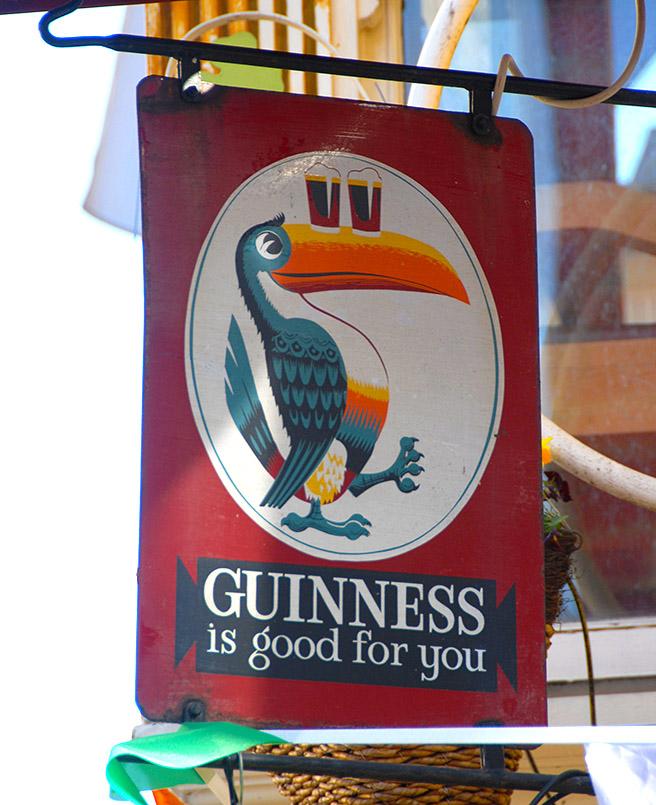 """/Dublin: Temple Bar, """"Oliver St. John Gogorty"""", Guinness-Reklame mit einem Tukan"""