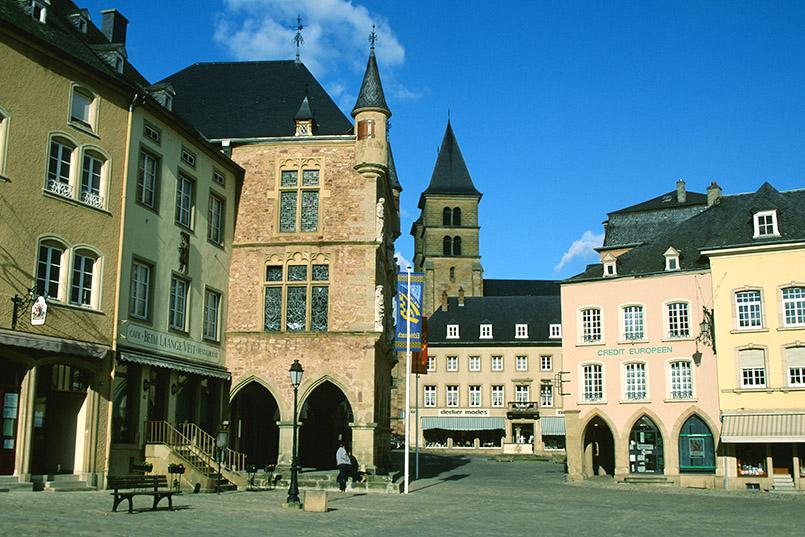 Luxemburg: Der Markt mit Basilika und Rathaus in Echternach