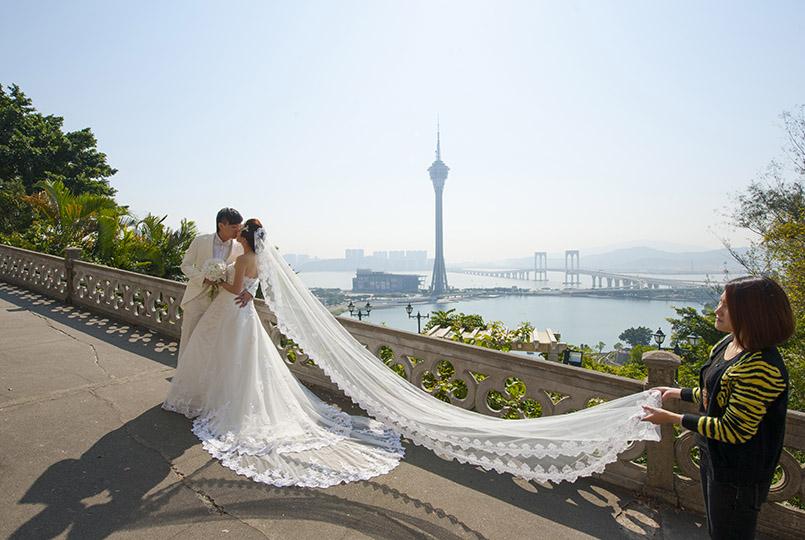 Macao: Hochzeitspaar vor der Stadtkulisse