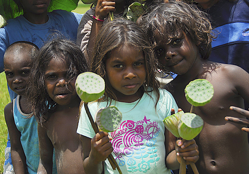 borigines-Gemeinde Nauiyu: Kinder mit Lotus-Samenkapseln